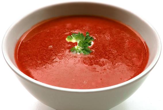 Teller mit Tomatensuppe